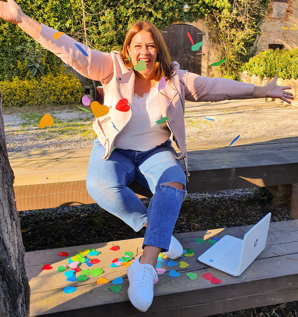 Elisabet Quesada tirando confeti, con un portatil en los pies