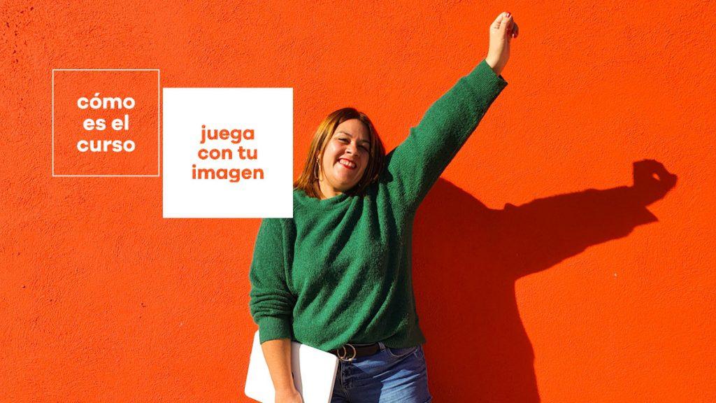 Elisabet sobre un fondo naranja, con el brazo levantado, y la frase cómo es el curso juega con tu imagen